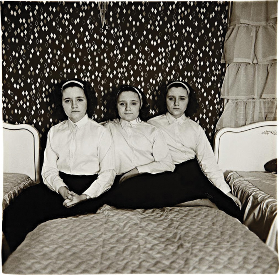 diane-arbus-the-weird-and-the-wonderful-triplets-in-their-bedroom-NJ--1963